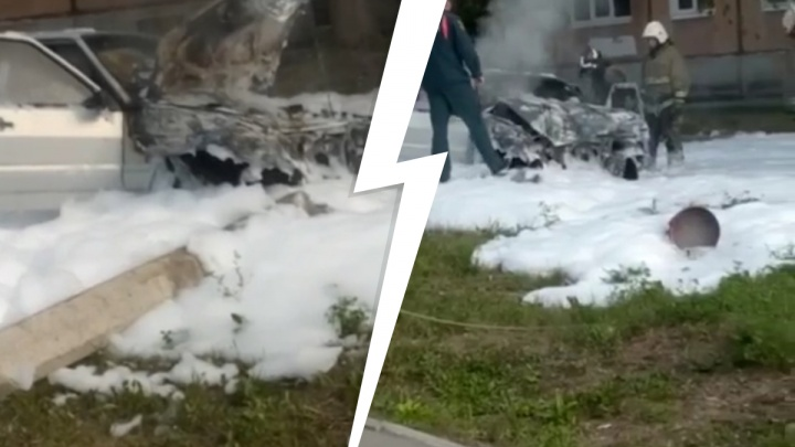 Столб упал, машина загорелась: в Свердловской области девушка на «четырнадцатой» устроила ДТП