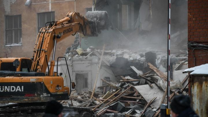 «Устраивают нелегальную свалку». Общественники узнали, куда вывозят обломки снесенного здания ПРОМЭКТа