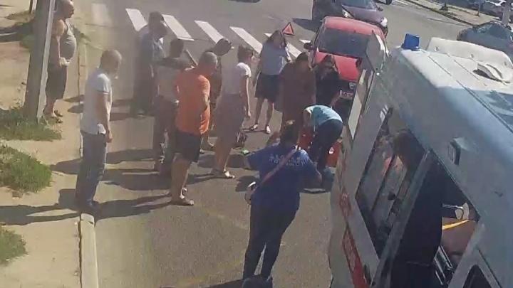 Продукты по всей дороге разлетелись: наезд на пешехода в центре Волгограда попал на видео