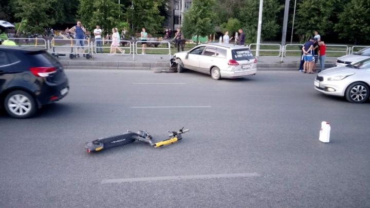 Самокатчик, которого на полном ходу снесла машина в Челябинске, умер в больнице