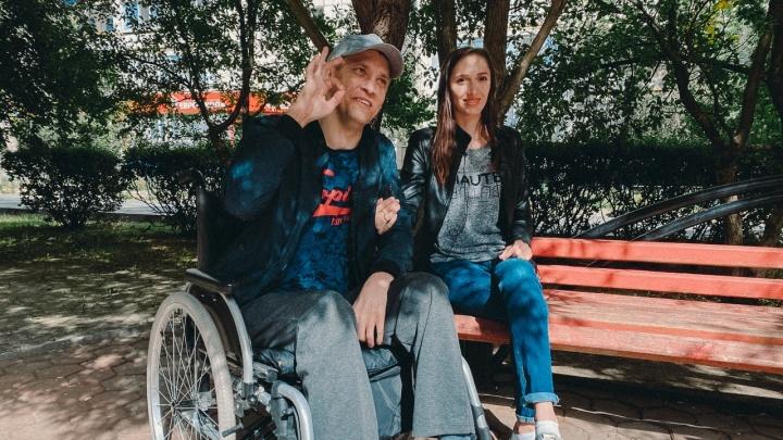 Снимает ролики в TikTok и мечтает ходить: как тюменец оказался в инвалидном кресле после прыжка в воду