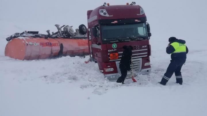 На омской трассе водитель опрокинул цистерну с битумом — смесь разлилась по полю