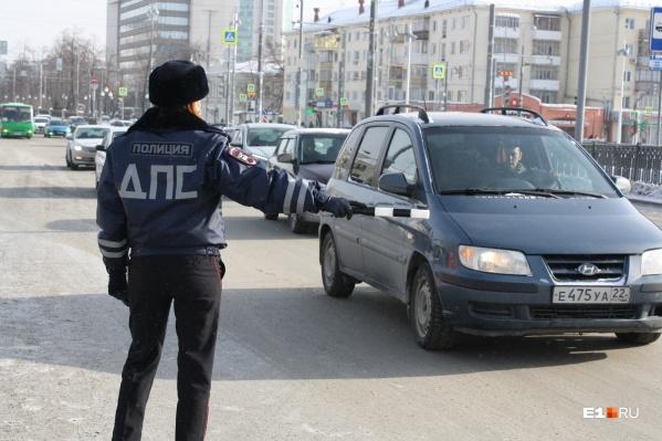 Девушки-автоинспекторы поздравили водителей с 23 Февраля
