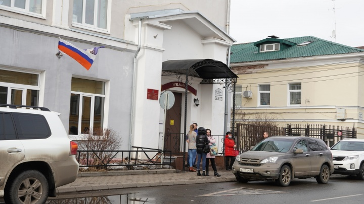«Привыкли жить по старинке»: в Ярославле у элитной школы выстроилась очередь для приема в первый класс