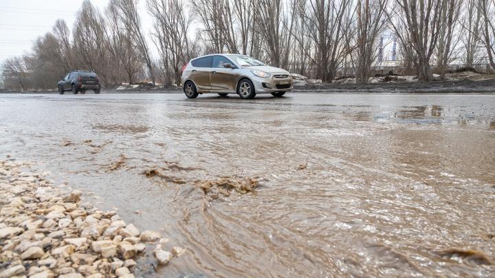 Берите резиновые лодки: Ракитовское шоссе затопило талой водой