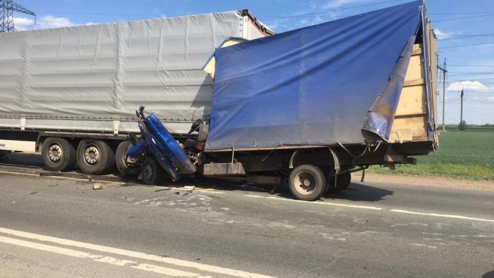 Кабину с водителем раздавило: на трассе под Самарой «Газель» влетела в КАМАЗ