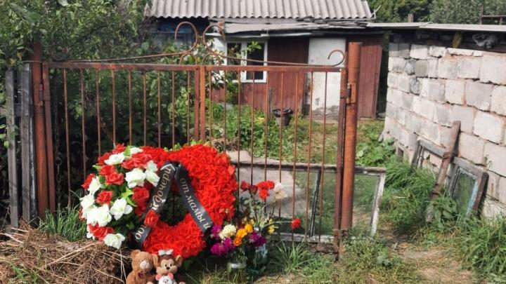 Полиция уехала, а киселёвчане несут игрушки и венки: публикуем фото с места жестокого убийства двух детей
