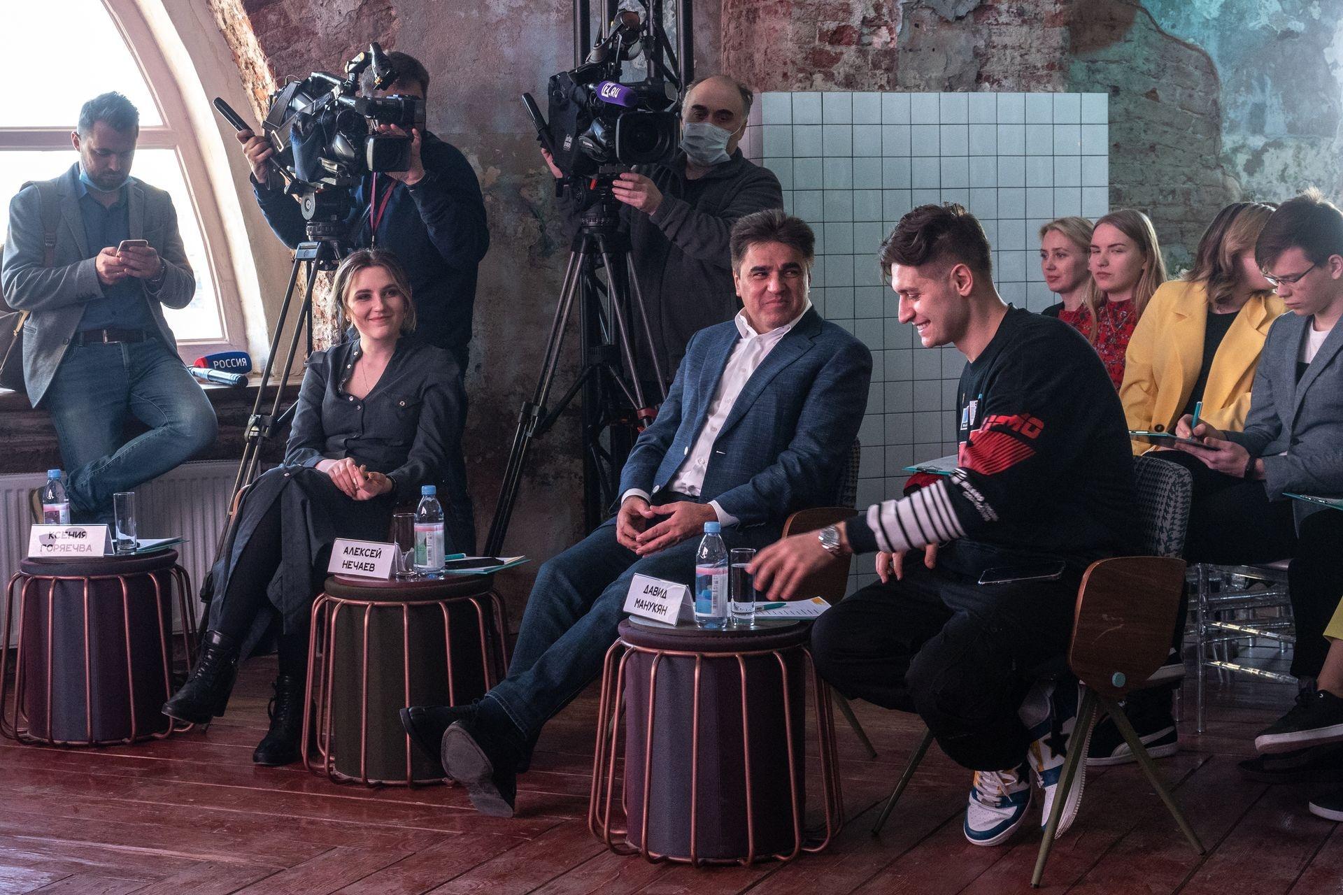 Руководитель петербургского штаба партии Ксения Горячева,&nbsp;председатель партии Алексей Нечаев,&nbsp;&nbsp;блогер Давид Манукян<br>