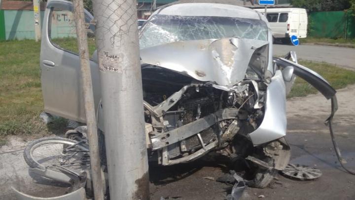 В Октябрьском районе машина сбила велосипедиста и влетела в столб — оба водителя в больнице