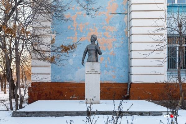 Памятник вернут на место после окончания ремонта в школе
