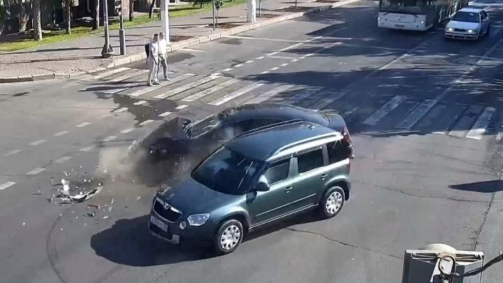 «Крайслер» пошел на таран у областной администрации в центре Волгограда