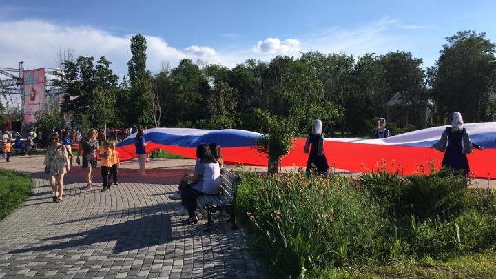 Побили все рекорды: в ЦПКиО Волгограда десятки горожан разных национальностей растянули огромный триколор