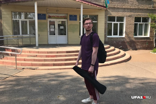 Наш видеооператор Роберт Мансуров отправился проверять безопасность школ с черным футляром из-под штатива