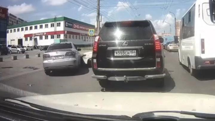 Гонщик на «Мазде» объезжал пробку по встречке и протаранил «Тойоту» — смотрим, кто и как виноват