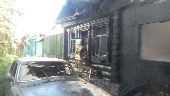 Во время пожара в частном секторе на ВИЗе пострадал подросток. Он спасал людей