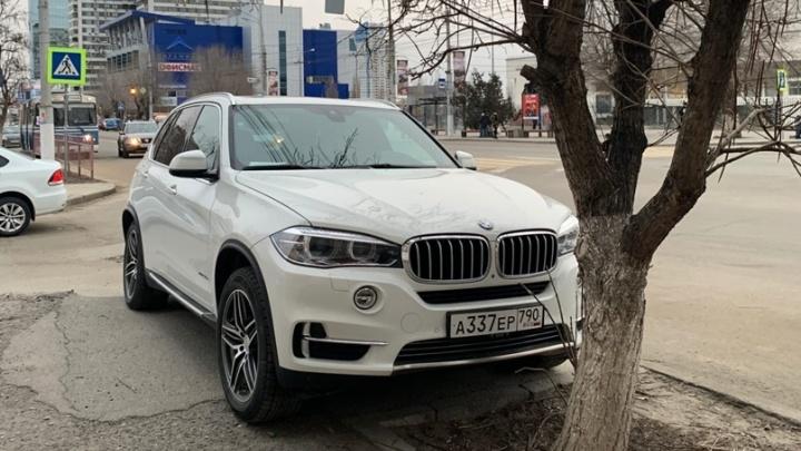 «А мне все равно»: автохамы Волгограда захватывают остановки и тротуары