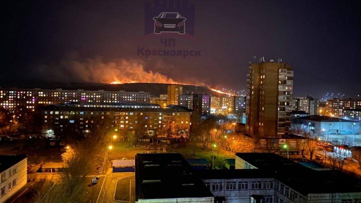 На Кузнецовском плато горит сухая трава. Ветер гонит пожар на дачный кооператив