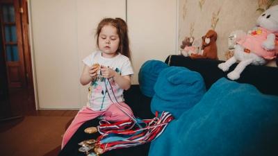 «Каменеющая» девочка. В Тюмени живет 10-летняя Лиза, чьи мышцы превращаются в кости
