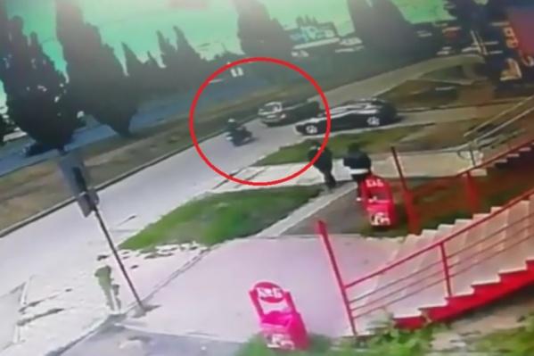 Мотоциклист слишком поздно заметил, что автомобиль начал тормозить