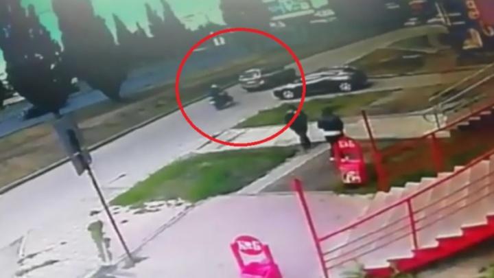 В Каменске-Уральском неопытный байкер въехал в резко затормозивший кроссовер: видео