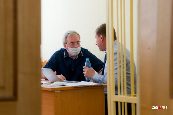 Заседание продолжалось около трех часов, но пока что Родионову лишь только заново предъявили обвинение