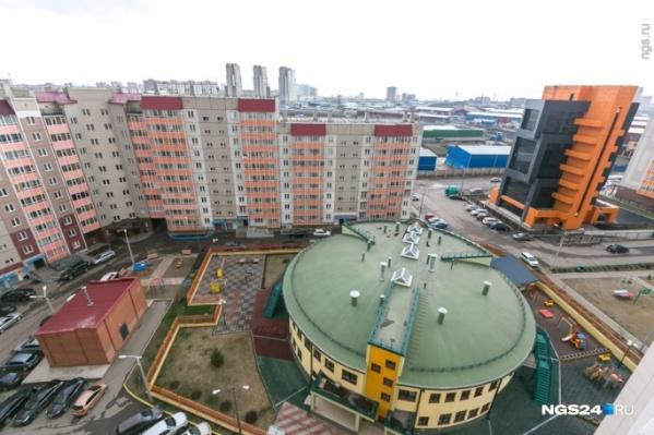 Здание находится вблизи жилой застройки на улице Абытаевской
