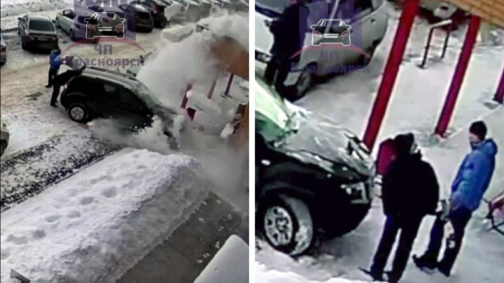 «Карма за парковку»: с крыши дома упал снег и повредил машину у подъезда