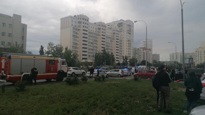 «Объявили, что здание заминировано». На Юго-Западе эвакуировали 16-этажный бизнес-центр