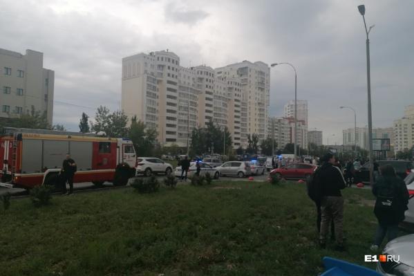 К зданию приехали пожарные и полиция