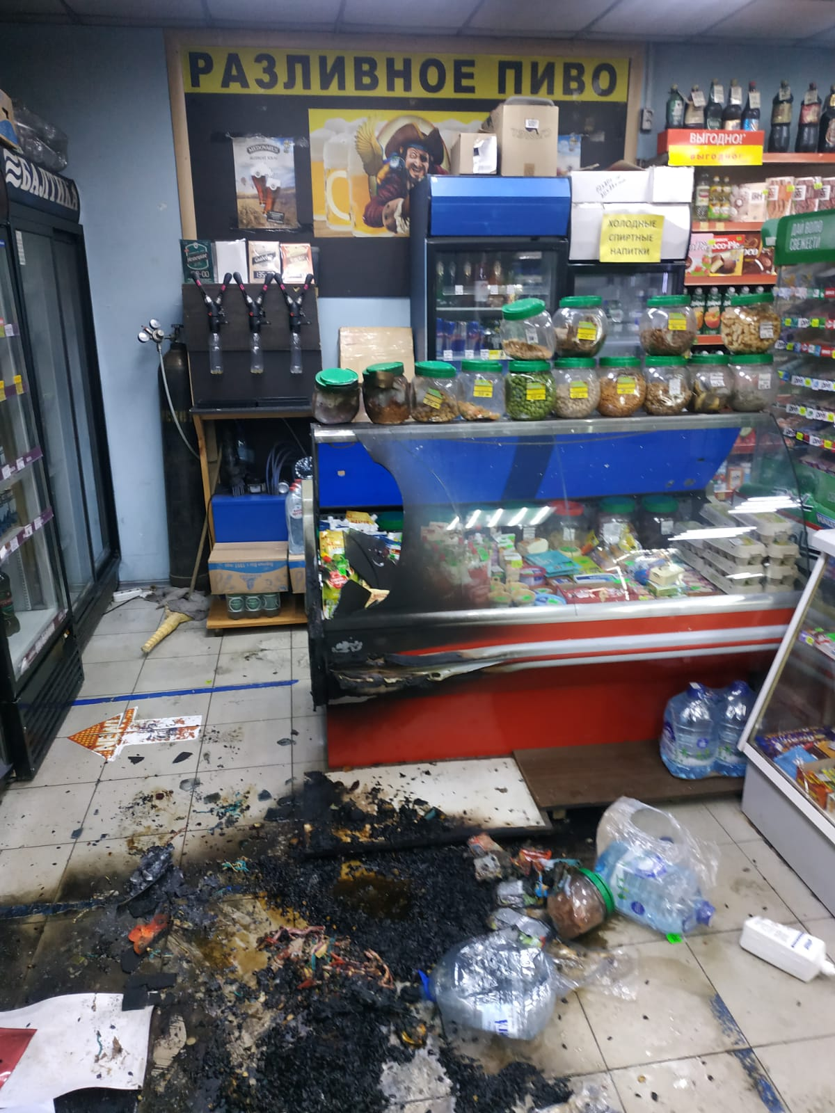 Магазин на Кондратьевском загорелся после манипуляций посетителя. МВД показывает последствия