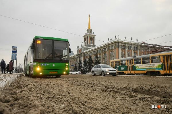 Жители Екатеринбурга жалуются на снежную кашу на дорогах