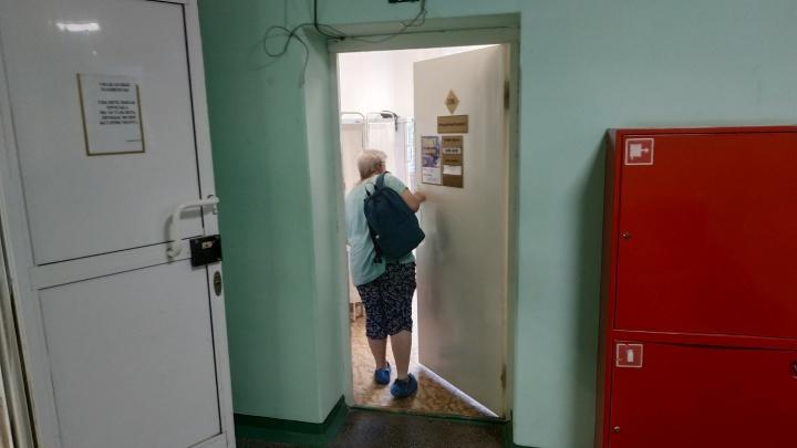 «Чипов не боимся»: как жители Архангельска прививаются в поликлиниках перед третьей волной COVID-19