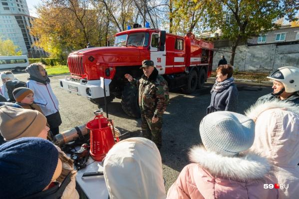 Специалисты Минтербеза рассказывают детям о том, как устроена пожарная машина