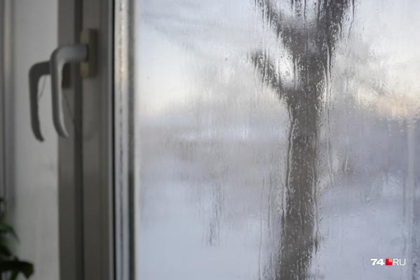 Водой пропитались окна, стены, мебель. При отключенном отоплении в квартирах стал быстро образовываться лед