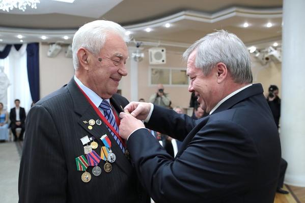 Юрий Песков (слева) получает награду от губернатора