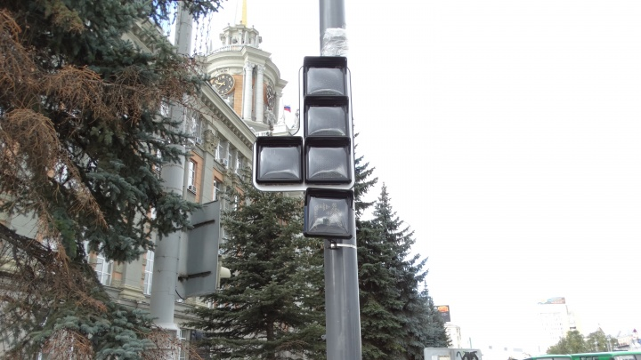 В центре Екатеринбурга установили суперсветофоры с квадратными табло