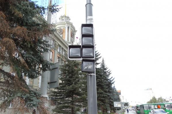 Квадратные светофоры уже установили, но пока еще не подключили к сети