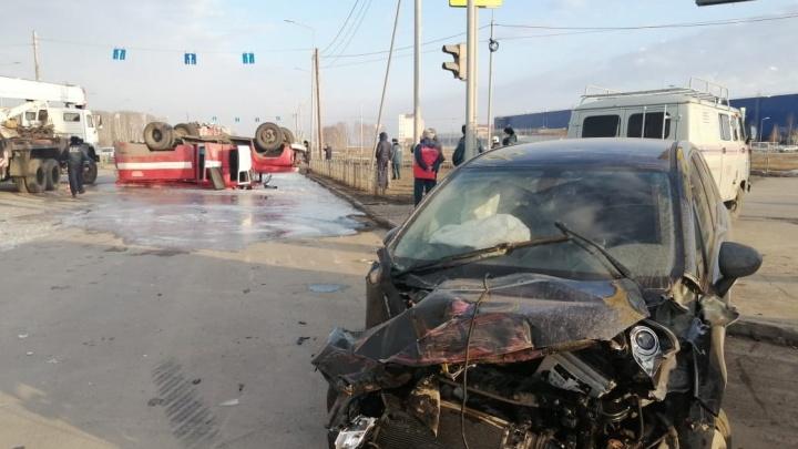 Появилось видео переворота пожарной машины в Омске