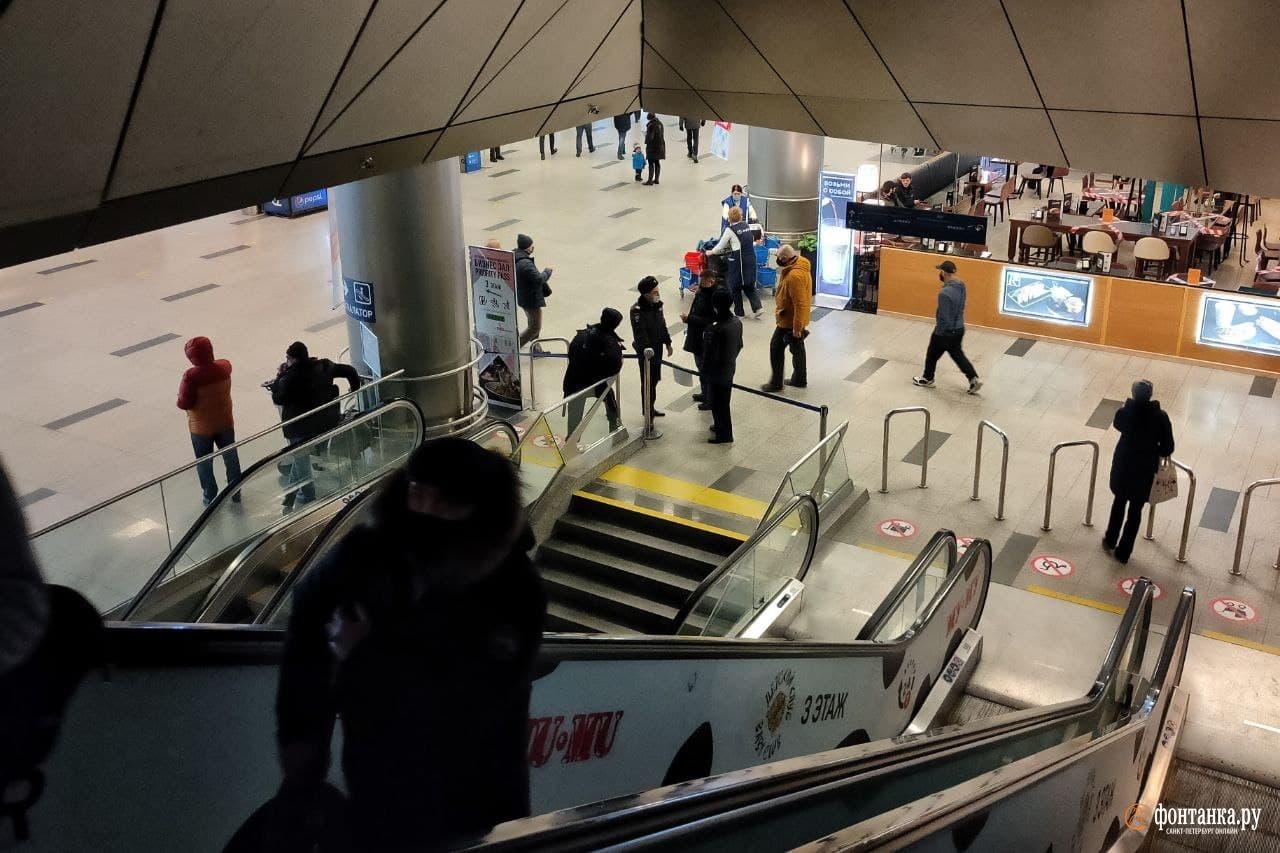 В аэропорту много сотрудников полиции