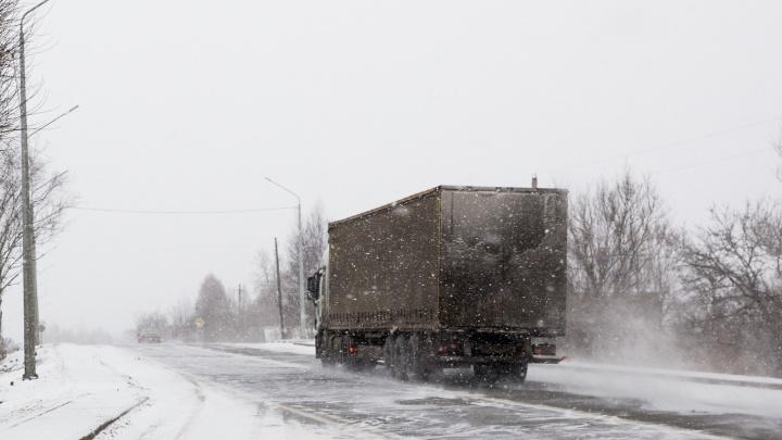 Телефон сел: в Ярославской области водитель несколько часов просидел в обледеневшей фуре