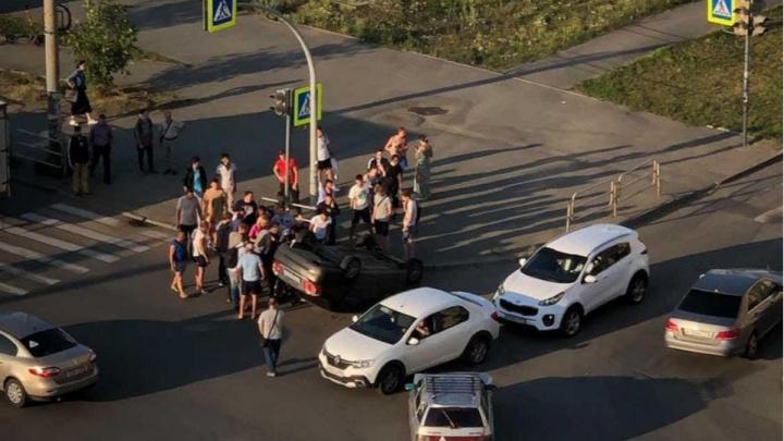 На Северо-Западе Челябинска в результате ДТП перевернулась машина
