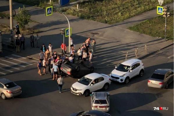ДТП произошло на перекрестке улиц Братьев Кашириных и Академика Макеева