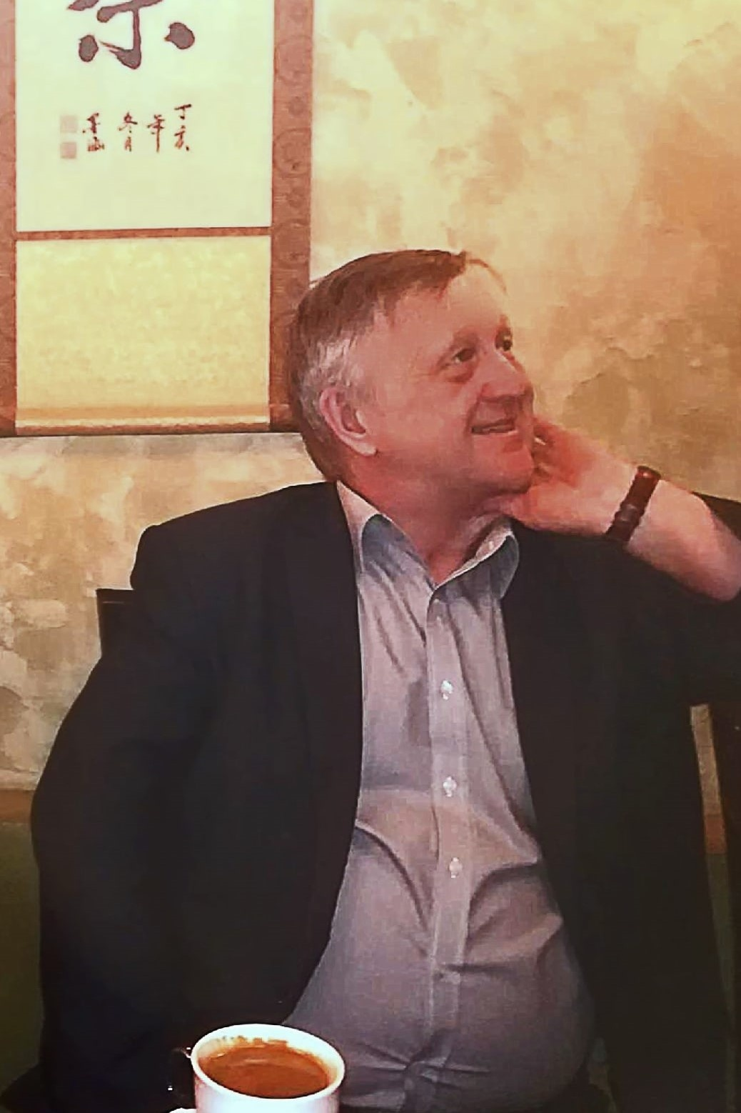 Последнее фото Сергея Сергеича (так его называли коллеги и многие знакомые) в любимом баре. Снимок сделан в чайной комнате.Она появилась благодаря большой любви Яшина-старшего к чаю