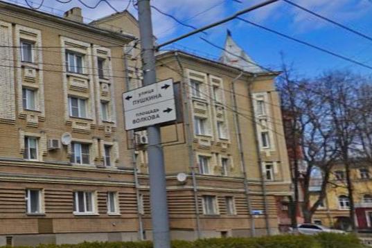 Девушка выпрыгнула со второго этажа дома на Республиканской улице в Ярославле