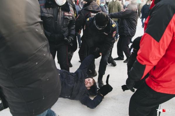 Из-за несогласованных акций протеста полицейским пришлось усиленно работать, и деньги за это решили взыскать с оппозиционеров