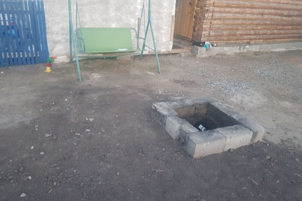 Ребенок упал в яму, где в это время горел костер с бытовым мусором