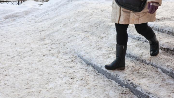 «Я упала, коляска перевернулась»: молодая мать пожаловалась на непроходимый тротуар в центре Челябинска