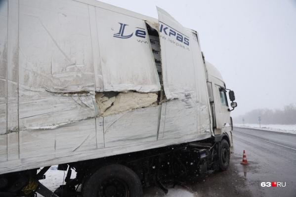 Микроавтобус врезался в прицеп большегруза