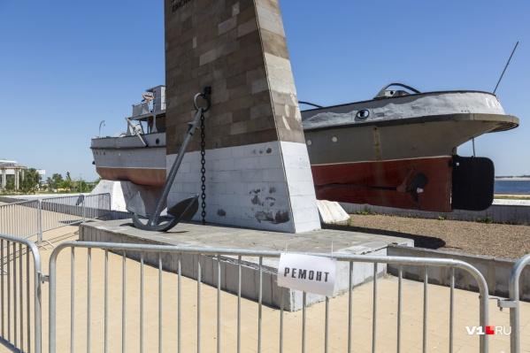 Любоваться памятником мешают забор и табличка «ремонт»