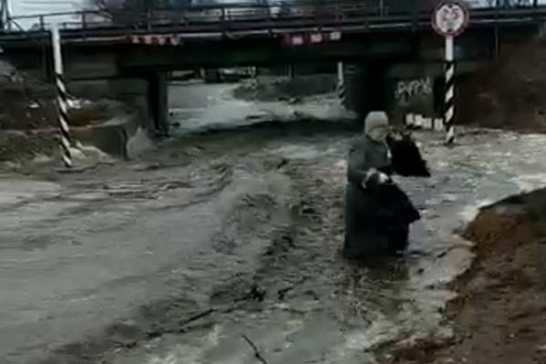 Женщина рухнула в мощный поток воды и грязи